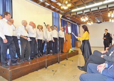 Udruženi zborovi Optimisti iz Zagreba i Orilo-grmilo iz Splita alaringealno su pjevali popularne pjesme, nakon što je gđa. Karla iz Splita solo otpjevala državnu himnu