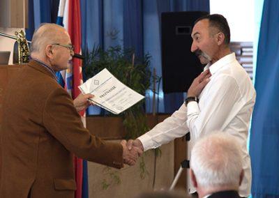 Predsjednik HZL prim. dr. med. M. Manestar predaje priznanje predsjedniku Splitskog kluba Draženu Malešu